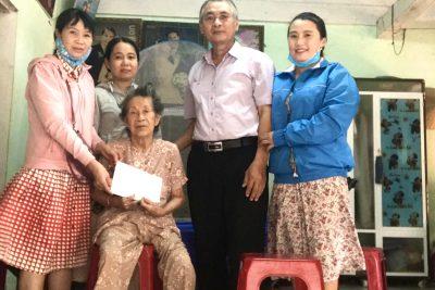 Thăm và tặng quà cho Mẹ VNAH Phạm Thị Điền tại xã Bình Tân Phú nhân lễ kỹ niệm 30/4-01/5